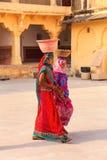 Femmes locales marchant avec des pots sur leurs têtes dans la deuxième cour Photographie stock libre de droits