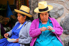 Femmes locales s'asseyant au marché dans Ollantaytambo, Pérou Photos libres de droits