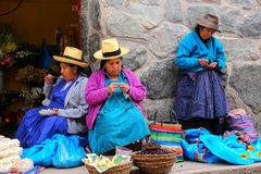 Femmes locales s'asseyant au marché dans Ollantaytambo, Pérou Image libre de droits