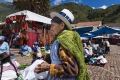 Femmes locales sur un marché de la ville de Pisac, dans la vallée sacrée Images stock
