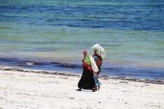 Femmes locales sur une plage à Zanzibar Images libres de droits