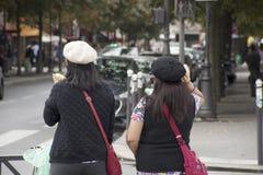Femmes mère d'Asain et route de croisement de attente du trafic de fille Images stock