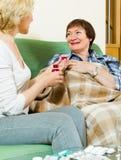 Femmes mûres avec la médecine liquide Photo stock
