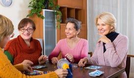 Femmes mûres avec le jeu de table Photo stock