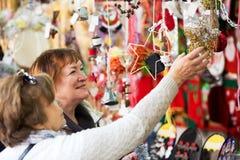 Femmes mûres heureuses achetant des décorations de Noël Image libre de droits
