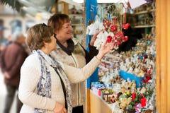 Femmes mûres heureuses achetant des décorations de Noël Images libres de droits