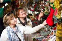 Femmes mûres heureuses achetant des décorations de Noël Photographie stock libre de droits
