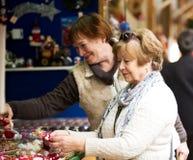 Femmes mûres heureuses achetant des décorations de Noël Photo libre de droits