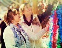 Femmes mûres heureuses achetant des décorations de Noël Photographie stock