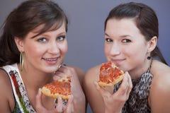 Femmes mangeant des pizzas Photos libres de droits