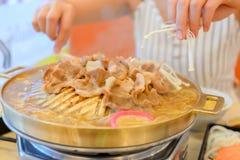 Femmes mangeant du BBQ ou du porc grillé Photographie stock libre de droits