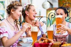 Femmes mangeant le déjeuner dans le restaurant bavarois Photo stock