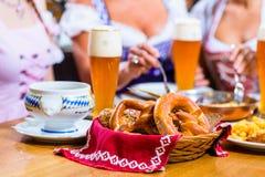Femmes mangeant le déjeuner dans le restaurant bavarois Images stock