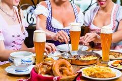 Femmes mangeant le déjeuner dans le restaurant bavarois Photos libres de droits