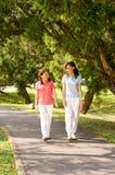 Femmes marchant à l'extérieur Photos stock