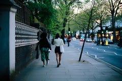 Femmes marchant à Londres Image stock