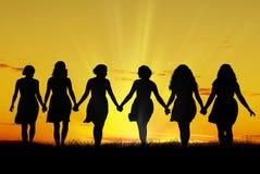 Femmes marchant main dans la main Images libres de droits