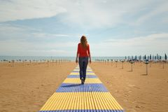 Femmes marchant sur la plage sablonneuse Photographie stock libre de droits