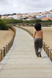 Femmes marchant sur une passerelle en bois Photo stock