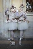Femmes masquées costumées par musicien Photographie stock