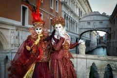 Femmes masquées costumées rouges Image stock