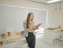 Femmes modernes d'affaires dans le bureau et la Tablette d'utilisation images libres de droits