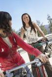 Femmes montant la bicyclette Image stock