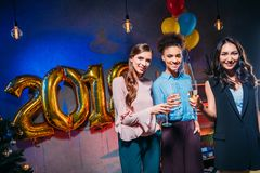 Femmes multi-ethniques célébrant la nouvelle année Photo stock