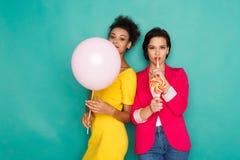 Femmes multi-ethniques joyeuses au fond de studio d'azur Photos libres de droits