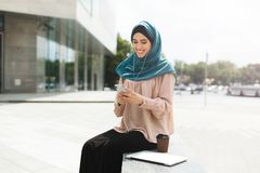 Femmes musulmanes avec le hijab ayant la pause-café photographie stock libre de droits