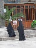 Femmes musulmanes s'asseyant et parlant dans la cour de mosquée Photos libres de droits