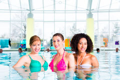Femmes nageant dans la piscine d'intérieur Photographie stock
