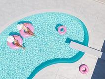 Femmes nageant sur le flotteur dans une piscine rendu 3d Photo stock