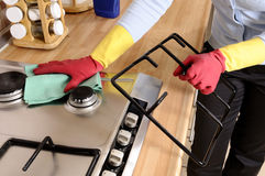 Femmes nettoyant la maison Photo stock