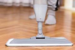 Femmes nettoyant le parquet de plancher avec le balai gris photos libres de droits