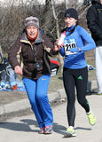 Femmes non identifiés aux 20.000 mètres de promenade de chemin Photo libre de droits