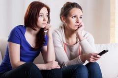 Femmes observant le film Images libres de droits