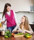 Femmes occasionnelles heureuses faisant cuire la nourriture Images libres de droits