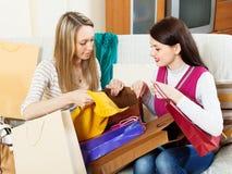 Femmes occasionnelles heureuses regardant des achats Photo stock