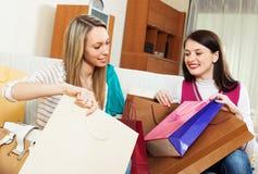 Femmes occasionnelles regardant ensemble des achats Photos stock