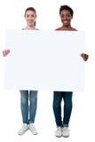Femmes occasionnelles tenant le tableau blanc vide Photos libres de droits