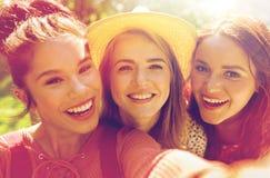 Femmes ou amis heureux prenant le selfie à l'été Photo libre de droits