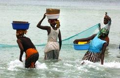 Femmes pêchant dans le mosambique Image libre de droits