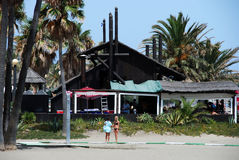 Femmes par la barre de plage, Estepona Photo libre de droits