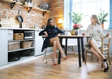 Femmes par la table Images stock