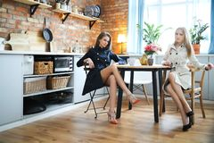 Femmes par la table Photo stock