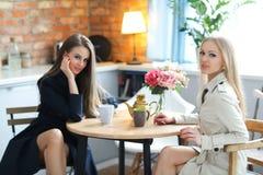 Femmes par la table Photographie stock libre de droits