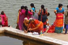 Femmes par le lac Pushkar Photos libres de droits