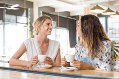 Femmes parlant au-dessus du café Photos libres de droits