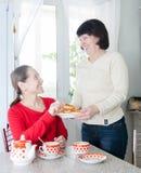 Femmes parlant au-dessus du café dans la cuisine Photos libres de droits